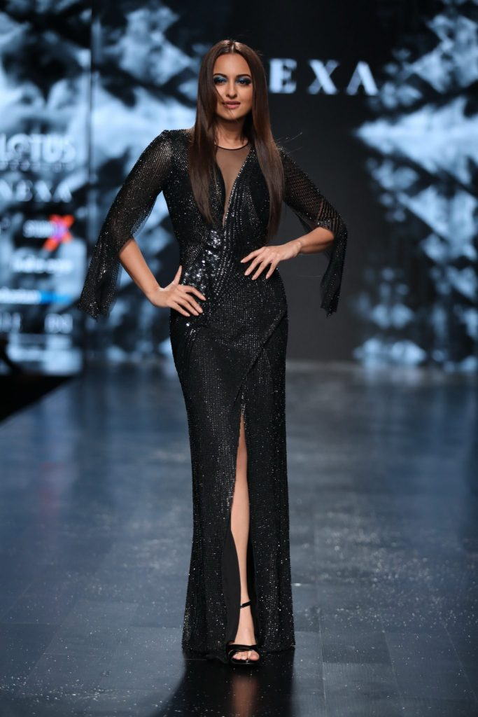 Showstopper Sonakshi Sinha for Rohit Gandhi + Rahul Khanna at LMIFW SS'19 (1)
