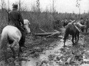 Com o fim do inverno a lama transforma qualquer deslocamento em um exercício quase insuportável. Só à cavalo é possível se deslocar.