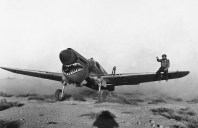Experimentado o clima do deserto, Líbia, em 02 de abril de 1942. Um mecânico na asa ajuda a orientar o piloto através da tempestade.