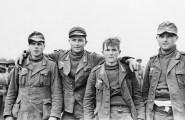 Prisioneiros alemães capturados durante um ataque dos Aliados em posição germânico-italianas em Sened, Tunísia em 27 de fevereiro de 1943. O soldado sem cobertura afirmou que tinha apenas vinte anos de idade.