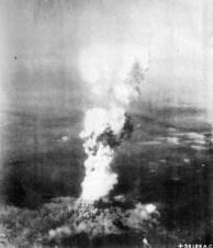 A explosão da bomba atômica sobre Hiroshima.