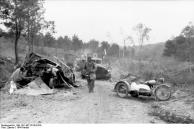 Im Westen, zerstörte Fahrzeugkolonne
