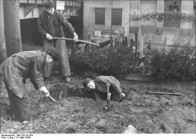Berlin, Bau von Straßensperren