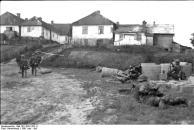 Russland-Süd, deutsche Soldaten vor Ortschaft