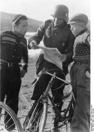 Norwegen, Soldat und Kinder mit Zeitung