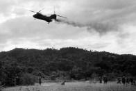 Um helicóptero CH-46 Sea Knight da Marinha Americana cai em chamas depois de ser atingido por fogo inimigo durante operação de resgate. Exatamente ao sul da zona desmilitarizada entre o Norte e Sul do Vietnã. 15 de Julho de 1966. O Helicóptero caiu e explodiu sob uma colina, matando um tripulante e 12 fuzileiros. Três tripulantes escaparam com queimaduras graves. (AP Photo/Horst Faas).