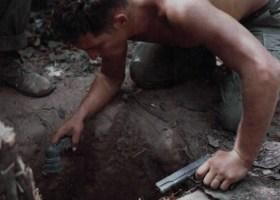 Sargento Ronald A. Payne, de Atlanta, Georgia. Líder de um Esquadrão da Companhia A, 1º Batalhão, 25ª Divisão de Infantaria. Verifica a entrada de um túnel carregando uma lanterna em uma mão e uma pistola na outra. Depois ele entrada em busca de Viet Cong; 24 de janeiro de 1967. . (US Department of Defense/SP5 Robert C. Lafoon, US Army Sp Photo Det Pac)