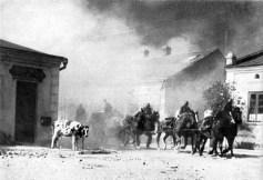 Artilharia alemã sendo transportada através de uma Vila polonesa.