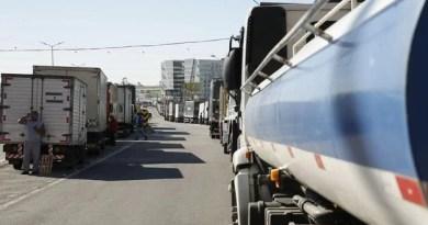 Governo anuncia concessões, mas caminhoneiros mantêm greve