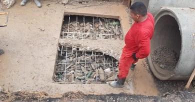 Galerias da Av. Cora de Carvalho são obstruídas novamente por garrafas PET e lixo