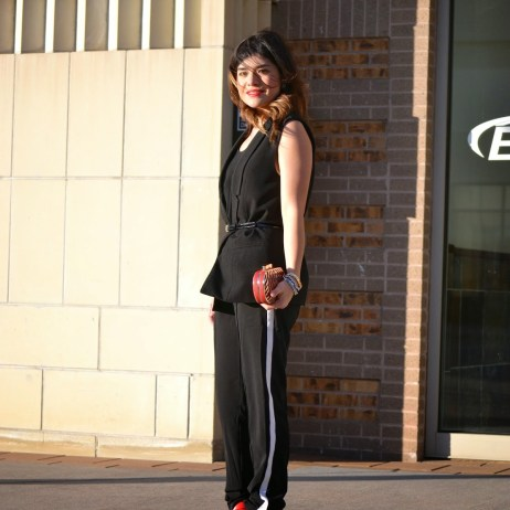 TOTAL BLACK LOOK + RED ACCENTS