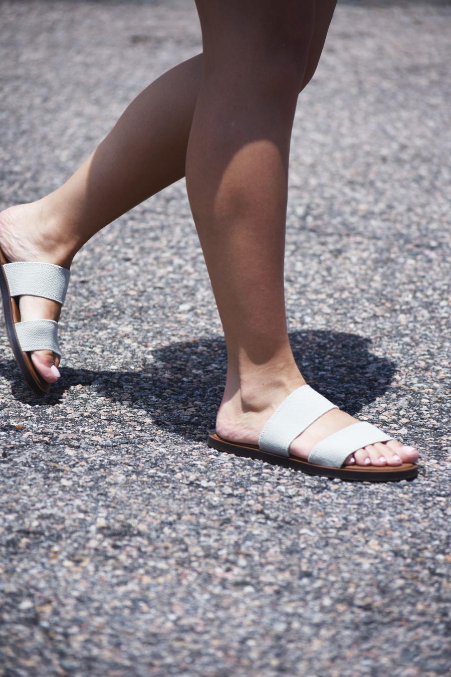 Sanuk yoga gora gora beige sandals
