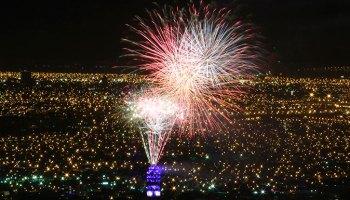 Disfruta Los Fuegos Artificiales De Ano Nuevo En La Laguna De Piedra