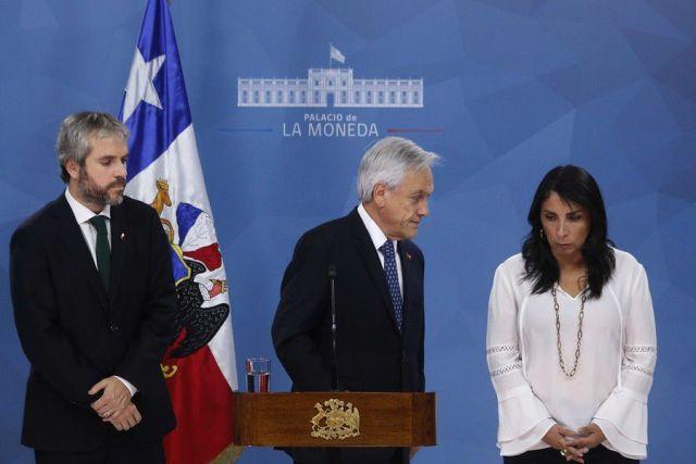 El presidente de la Republica, Sebastian Piñera, habla en la moneda. Gonzalo Blumel, el ministro del Interior y Seguridad Publica y Karla Rubilar, la ministra Secretaria General de Gobierno, acompañan al presidente.