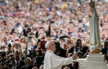 Pope Francis warns Catholics against use of mobile phones at mass