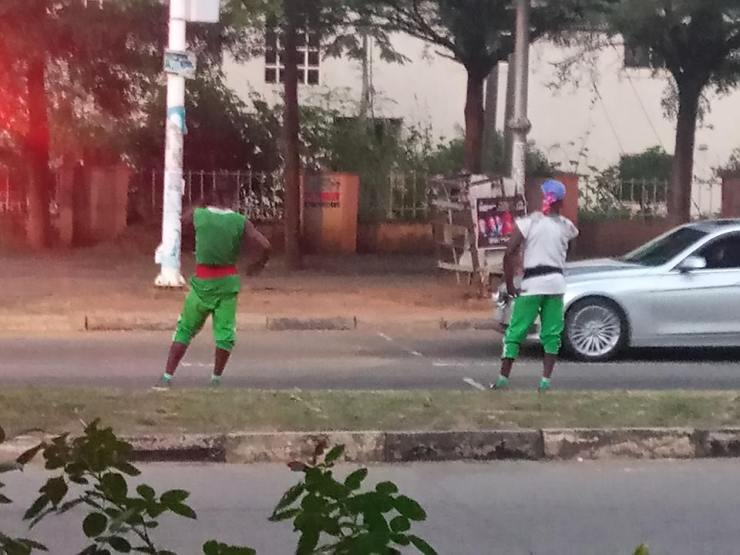 Watch 2 Young Men As They Thrill Road Users On Traffic Light Performance