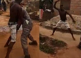 Video: Man fights PHCN official with machete over light disconnection in Lagos 1