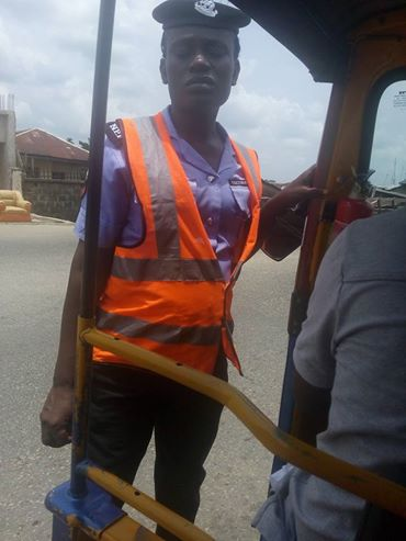 Police woman extorting money from keke