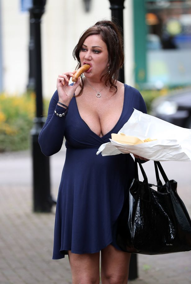 EXCLUSIVE-ALL-ROUNDER-Former-Big-Brother-star-Lisa-Appleton-is-seen-enjoying-her-last-sausage-supper