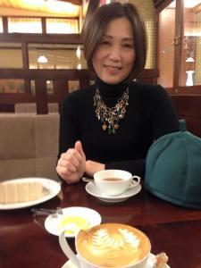 皆川公美子さん黒い服に綺麗なアクセサリー