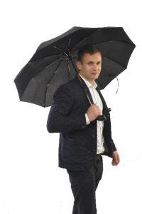 雨で濡れたスーツ