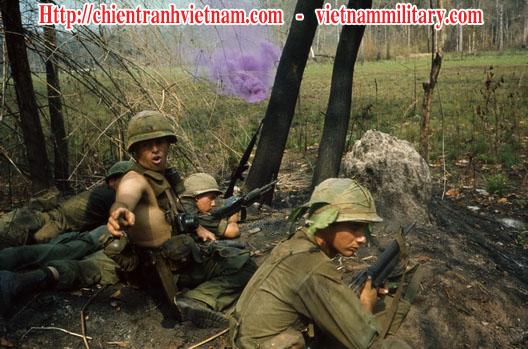 Lính Mỹ thả khói màu gọi yểm trợ hỏa lực trong chiến dịch Attleboro năm 1966