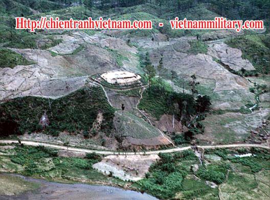 Không ảnh căn cứ Dak Pek, rừng chung quanh đều bị tàn phá do chất độc hóa học trong chiến tranh Việt Nam - Aerial view of Dak Pek special camp, the jungle area defoliated through the application of Agent Orange in Viet Nam war