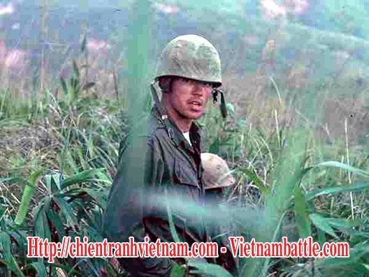 Trung úy Michael H. Thomas đang tuần tra ở đồi 689 quanh căn cứ Khe sanh, anh tử trận ngày 20 tháng 1 năm 1968 - 2ndLt. Michael H. Thomas on patrol at 689 ridge around Khe Sanh combat base in December 1967. He was killed on 20 January 1968