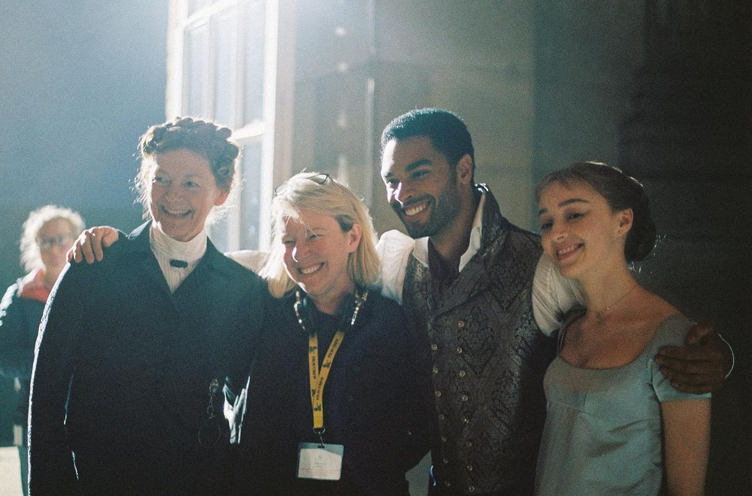 Julie Anne Robinson, la regista di Bridgerton, parla della scelta di Phoebe Dynevor e Regé Jean Page