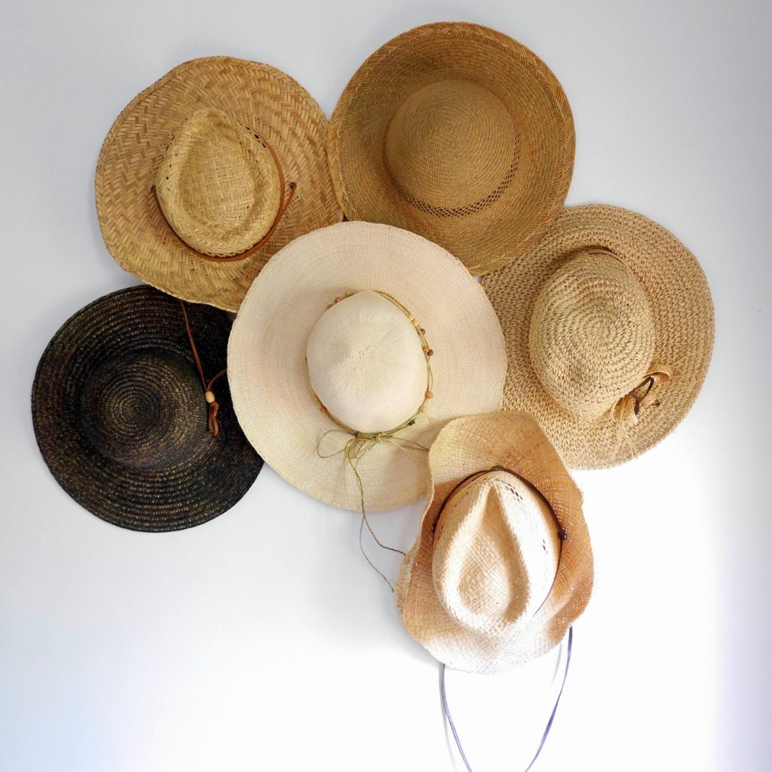 chapeaux accrochés au mur