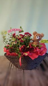 商品番号【HY15030083】参考価格¥3780  サイズH40 W42 D35花鉢と観葉鉢のセットです。 当店オリジナル、人気のアイテムです。 母の日ようには、カーネーションの鉢が入ります。 通常は、その時入荷した良品質の花鉢・観葉鉢・小物類で可愛らしく アレンジしてお届け致します。