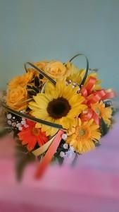 商品番号【OA15350001】参考価格¥3780 黄色系で作る「おまかせアレンジメント」です。 オールラウンドで当店デザイナーが厳選素材でお作り致します。 写真は制作例です。その時の新鮮で一番良い花でお作り致します。 サイズも目安となります。ご了承下さい。