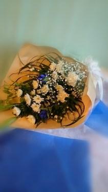 商品番号【BS150350001】 参考価格¥3780 お供え用の花束です。 大輪菊・洋花で和洋半々を目安に 当店デザイナーが厳選素材でお作り致します。 【写真は一例です。その時の入荷した鮮度の良い花でお作り致します。】 花の種類などが多少異なる場合がございますが、 あらかじめご了承ください。