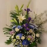 商品番号【1500011】参考価格¥5400 和風の花材を中心スプレー菊etc...で制作する お供えのアレンジメントです。 【写真は一例です。その時の入荷した鮮度の良い花でお作り致します。】花の種類などが多少異なる場合がございますが、あらかじめご了承ください。