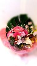 商品番号【230020】参考価格¥3240ブーケ風花束の紹介です(^з^)-☆ 送別会等の送別の花束として考えました!! 花束を貰っても記念品やらで持って帰るの大変ですよね(;_;) こちらは、袋に合わせて作った花束です!可愛らしくて、持ち運び便利... 三角の袋もツボです!!是非、ご利用下さいね