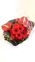 商品番号【230023】参考価格¥3240ブーケ風花束の紹介です(^з^)-☆ 送別会等の送別の花束として考えました!! 花束を貰っても記念品やらで持って帰るの大変ですよね(;_;) こちらは、袋に合わせて作った花束です!可愛らしくて、持ち運び便利... 三角の袋もツボです!!是非、ご利用下さいね
