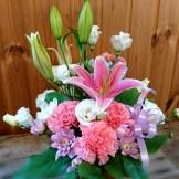商品番号【1350014】参考価格¥3780 洋風の花材を中心スプレー菊etc...で制作する お供えのアレンジメントです。 置き場所に困らないコンパクトに作成!!贈った方にも気を使わせない感じでお作りします【写真は一例です。その時の入荷した鮮度の良い花でお作り致します。】花の種類などが多少異なる場合がございますが、あらかじめご了承ください。