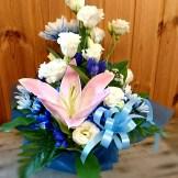 商品番号【1350013】参考価格¥3780 洋風の花材を中心スプレー菊etc...で制作する お供えのアレンジメントです。 置き場所に困らないコンパクトに作成!!贈った方にも気を使わせない感じでお作りします【写真は一例です。その時の入荷した鮮度の良い花でお作り致します。】花の種類などが多少異なる場合がございますが、あらかじめご了承ください。