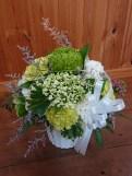 商品番号【1400031】参考価格¥4320 洋風の花材を中心スプレー菊etc...で制作する お供えのアレンジメントです。 こんもりまんまるに作りました。 置き場所に困らないコンパクトに作成!!贈った方にも気を使わせない感じでお作りします【写真は一例です。その時の入荷した鮮度の良い花でお作り致します。】花の種類などが多少異なる場合がございますが、あらかじめご了承ください。