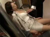 電車で居眠りしてる巨乳OLの谷間がたまらなくなりつい・・・