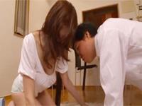 色気の有る天然爆乳JULIA奥さんの胸元からチラチラ覗くオッパイに我慢出来なくなった受験生が・・・