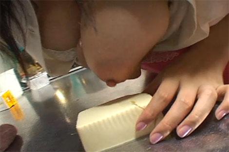 豆腐に乳首を擦り付けるメイドさん