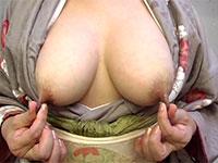 着物を着た長い乳首の奥様が両方のチクビを摘み伸ばして乳首オナニーをしている様子