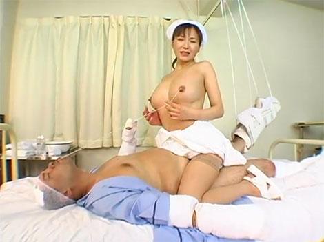 乳首を紐で縛り、患者に咥えさせるという変態的乳首プレイへ