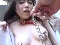変態マゾ女子の大きめの両チクビを乳首クリップで摘んで野外調教
