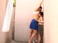 乳首レズ。路地裏で低身長の女に自分の乳首を舐めさせる高身長の女