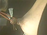 【閲覧注意】乳首に注射針を2本刺して引っ張る動画