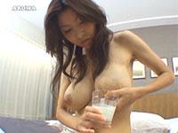 美人奥様のミルクタンクからコップ一杯の母乳が!
