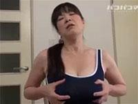 競泳水着を着た爆乳熟女の乳首いじりのエロ臭ときたらwww