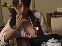 酔っ払い人妻がムラムラして唾液をチクビにつけてイジイジする動画